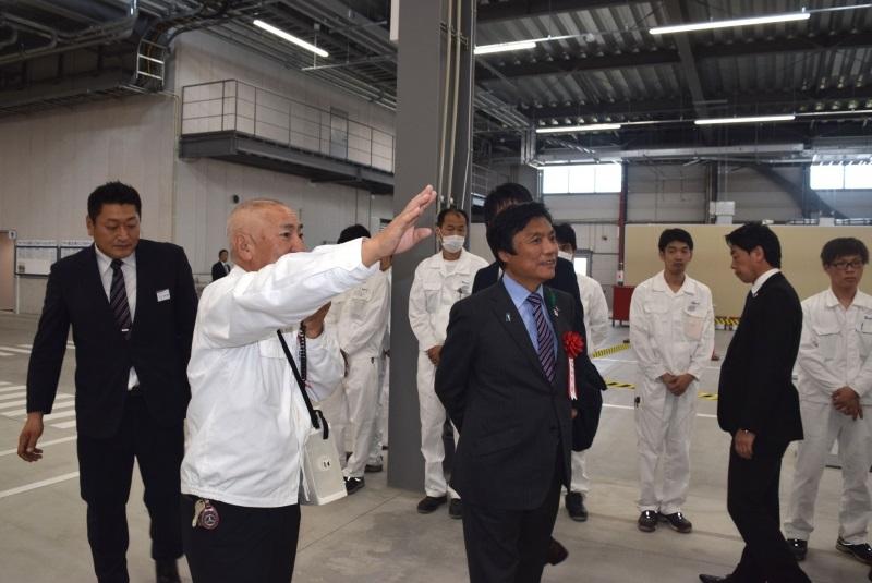 (写真)東プレ九州株式会社湯川社長に説明を受ける知事